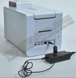 Hubungkan kabel daya ke printer Evolis Primacy