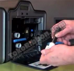 Masukkan cleaning roller Fargo HDP5000 ke spindel