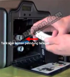 Lepas lapisan pelindung di Card Cleaning Roller Fargo HDP5000